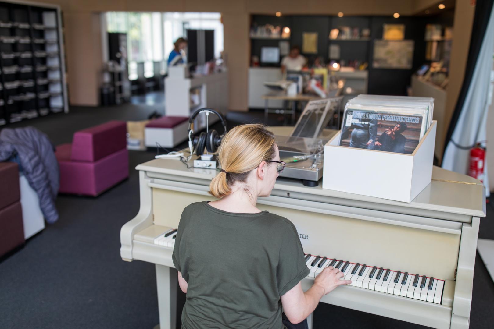 Innenansicht der Amerika-Gedenkbibliothek mit Klavier