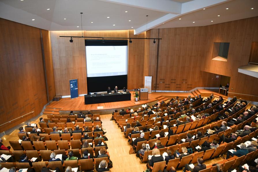 Hörsaal mit Publikum beim Bibliothekspolitischen Bundeskongress in der Staatsbibliothek zu Berlin.