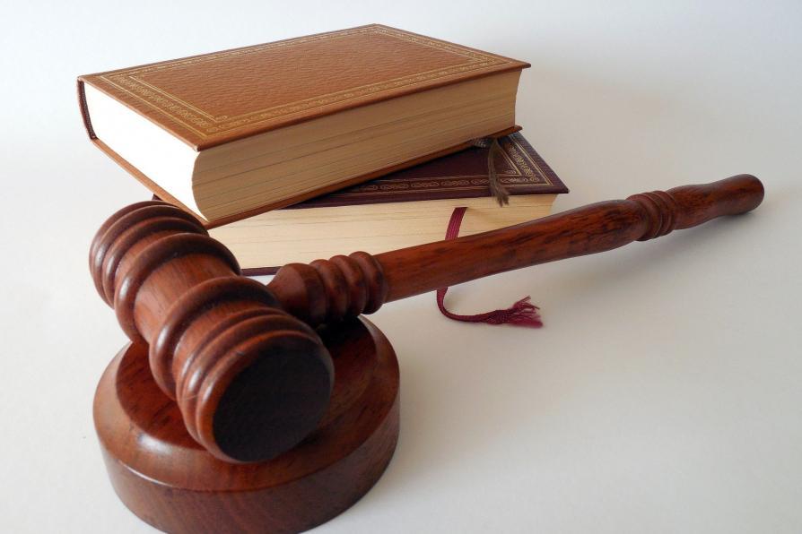 Gesetzesbuch und Richterhammer