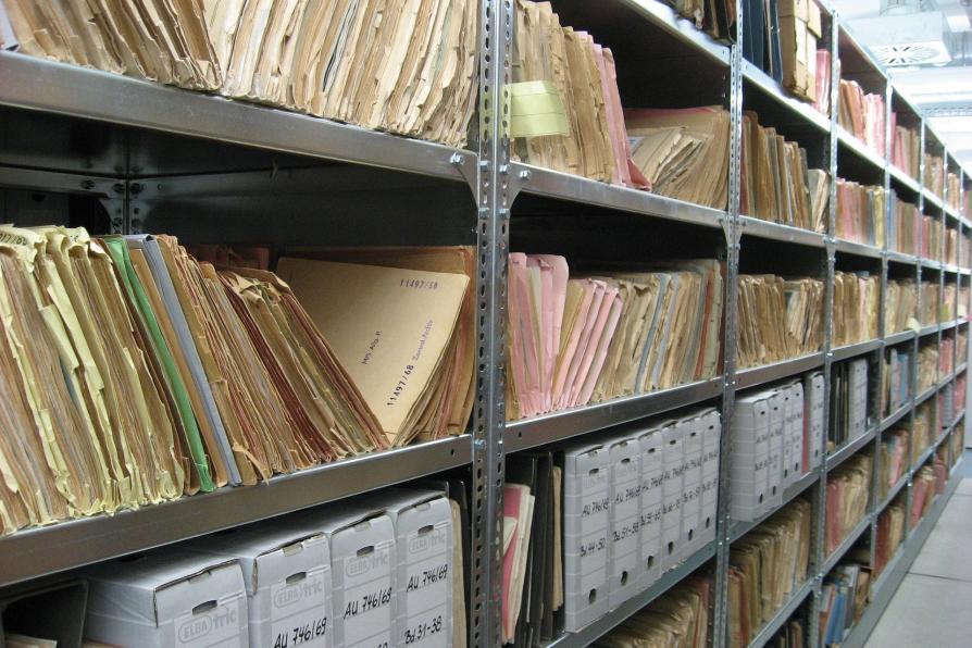 Archivregal mit Akten