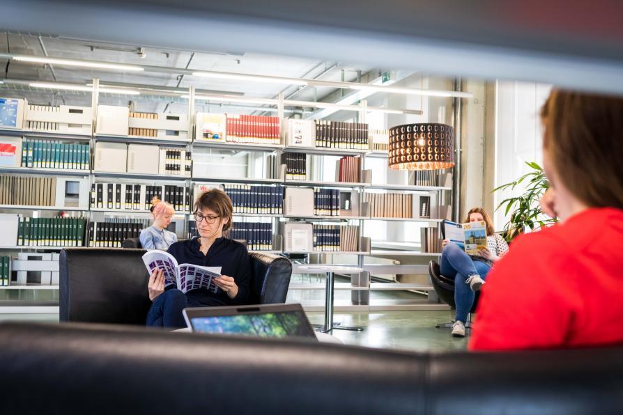 Lesende Personen in der Bibliothek der TU Berlin