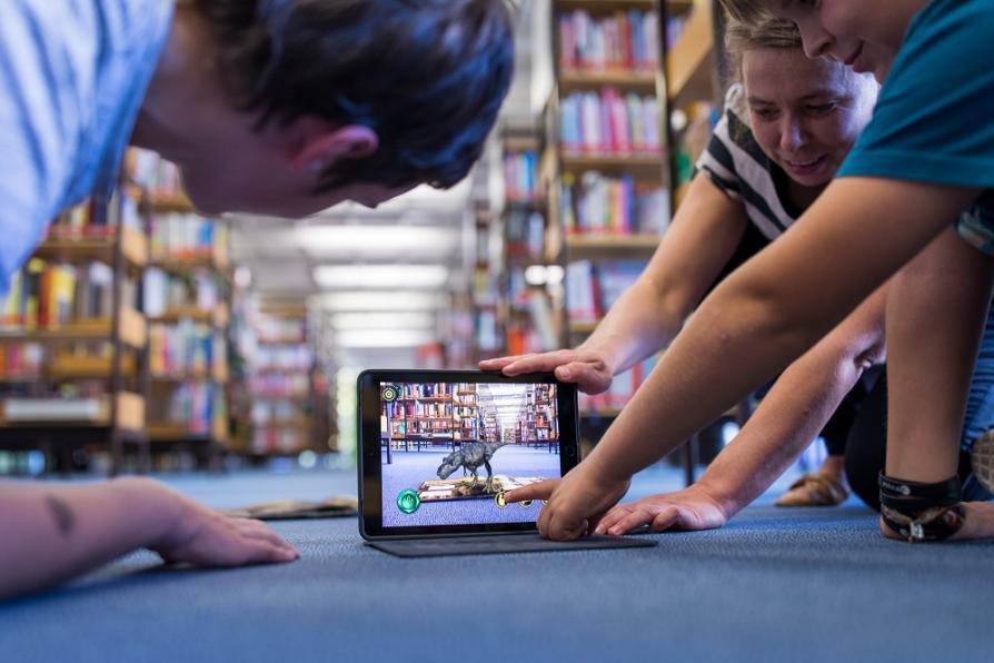 Jugendliche lesen mit Tablet